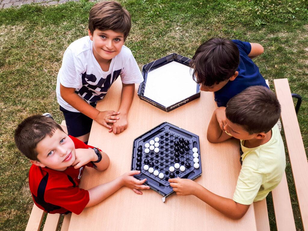 Bild Kinder die zusammen spielen